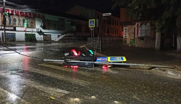 Кроме того, на перекрестке улиц Караимская и Крылова упал светофор.