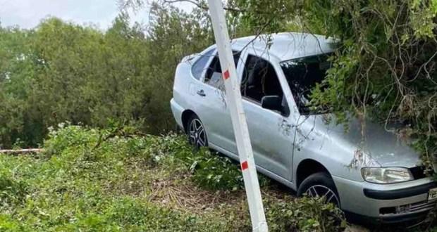 В Севастополе, в районе Максимовой дачи автомобиль завис на склоне. На помощь пришли спасатели