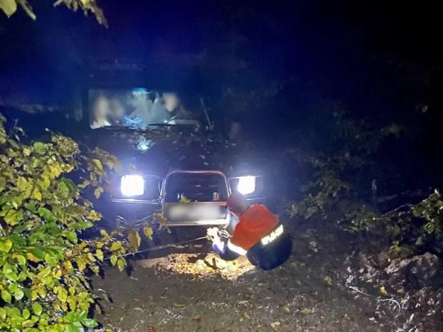 На размытом склоне южнобережной горы Бабуган застрял «Land Rover». На помощь пришел «КРЫМ-СПАС»