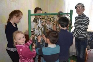 Дети Мариуполя плетут маскировочные сети для украинских воинов