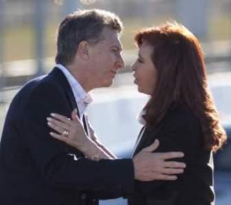 El abrazo de Mauricio y Cristina fue la foto política de la semana.