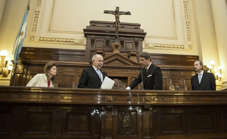 Lorenzetti le toma juramento a Rosatti.
