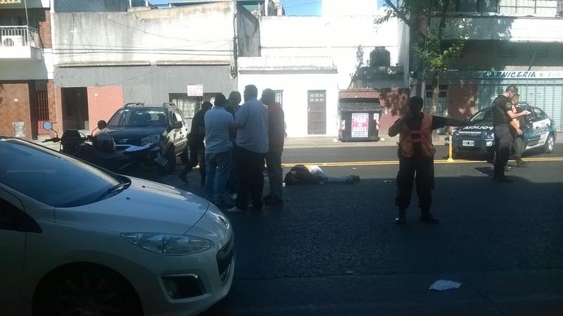 El joven en el piso, después del disparo.