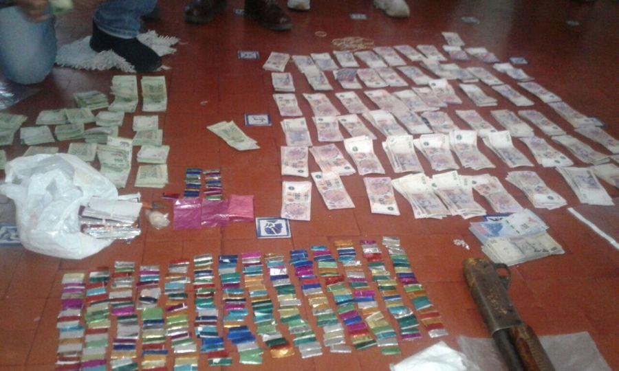 Dinero y drogas secuestradas en un allanamiento.