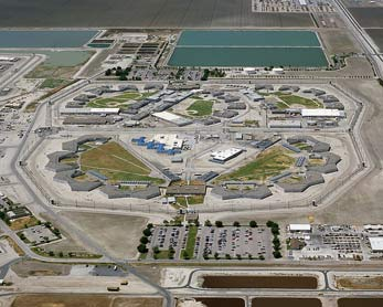 Bild 4: Corcoran State Prison, Kalifornien, USA See page for author [GFDL or CC-BY-SA-3.0], via Wikimedia Commons