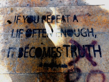 """If you repeat a lie often enough, it becomes truth."" Streetart gesehen und fotografiert vom Autor"