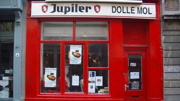 Dolle Mol, el legendario café anarquista de Bruselas, abre sus puertas luego de tres años y acepta Bitcoin como forma de pago. Fuente: The Bulletin