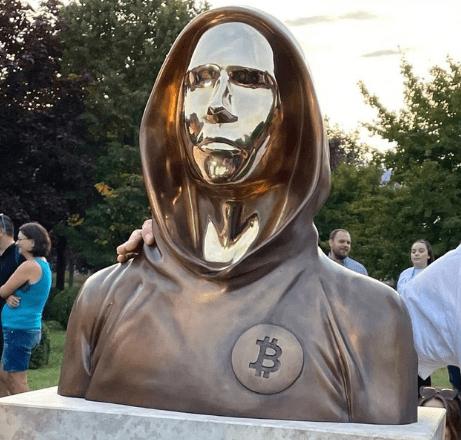 El incógnito creador del Bitcoin Satoshi Nakamoto fue inmortalizado con la primera estatua en el mundo de su persona, esta estatua se construyó en Budapest, Hungría.  Fuente: Twitter