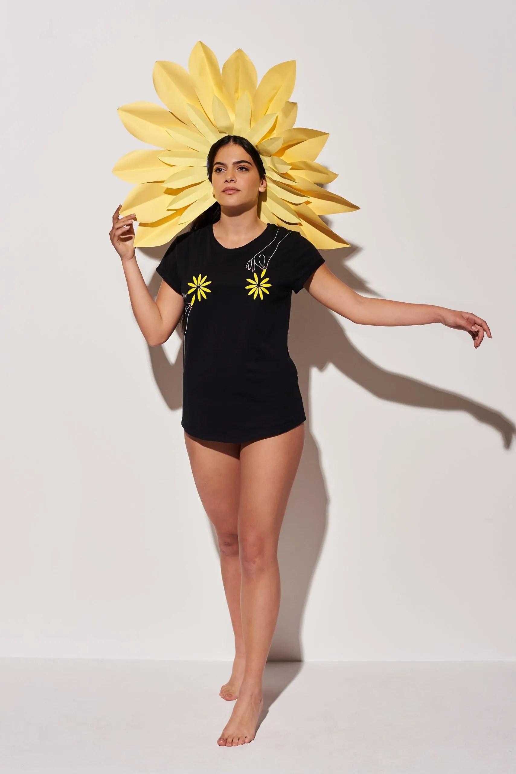 Camiseta Negra Algodón Orgánico Flores Crisálida2
