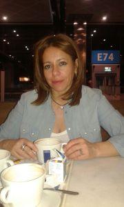 Foto de Cristina tomando un café en el aeropuerto