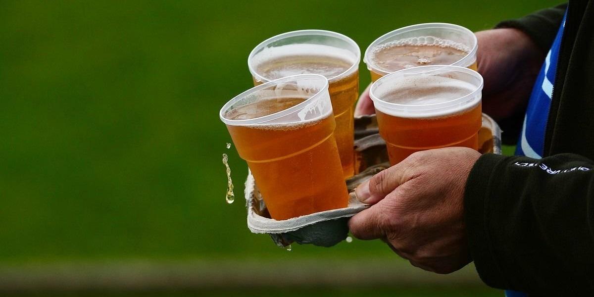 пиво на стадионе, продажа пива, четыре пива