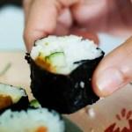 суши есть руками, лучше без палочек, японские советы, роллы руками