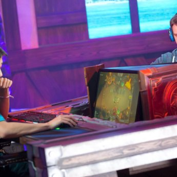 shtanudachi-and-fr0zen-face-off-in-the-finals-at-the-hearthstone-winter-championship