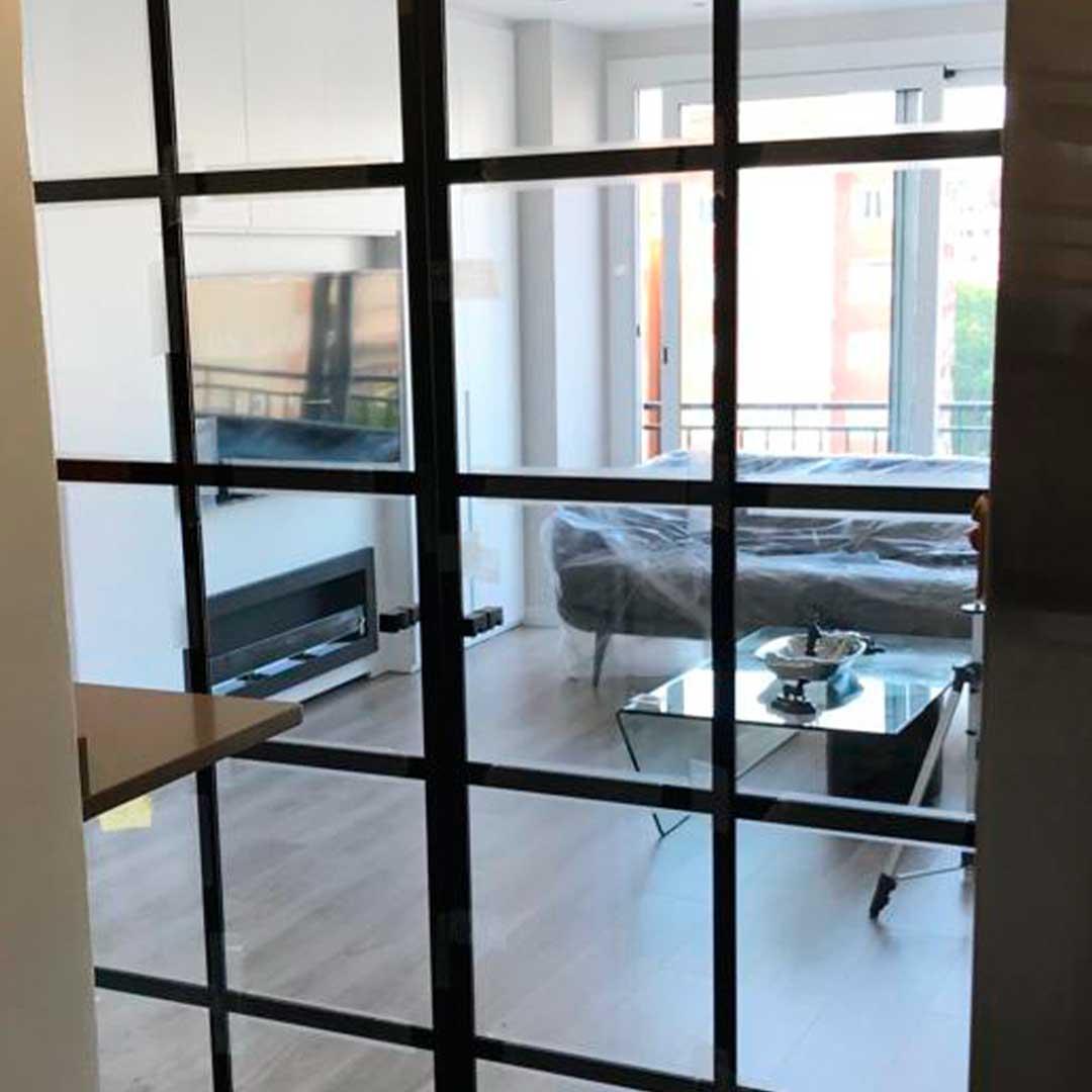 Cierre interior de cristal para separar ambientes en una casa de Barcelona