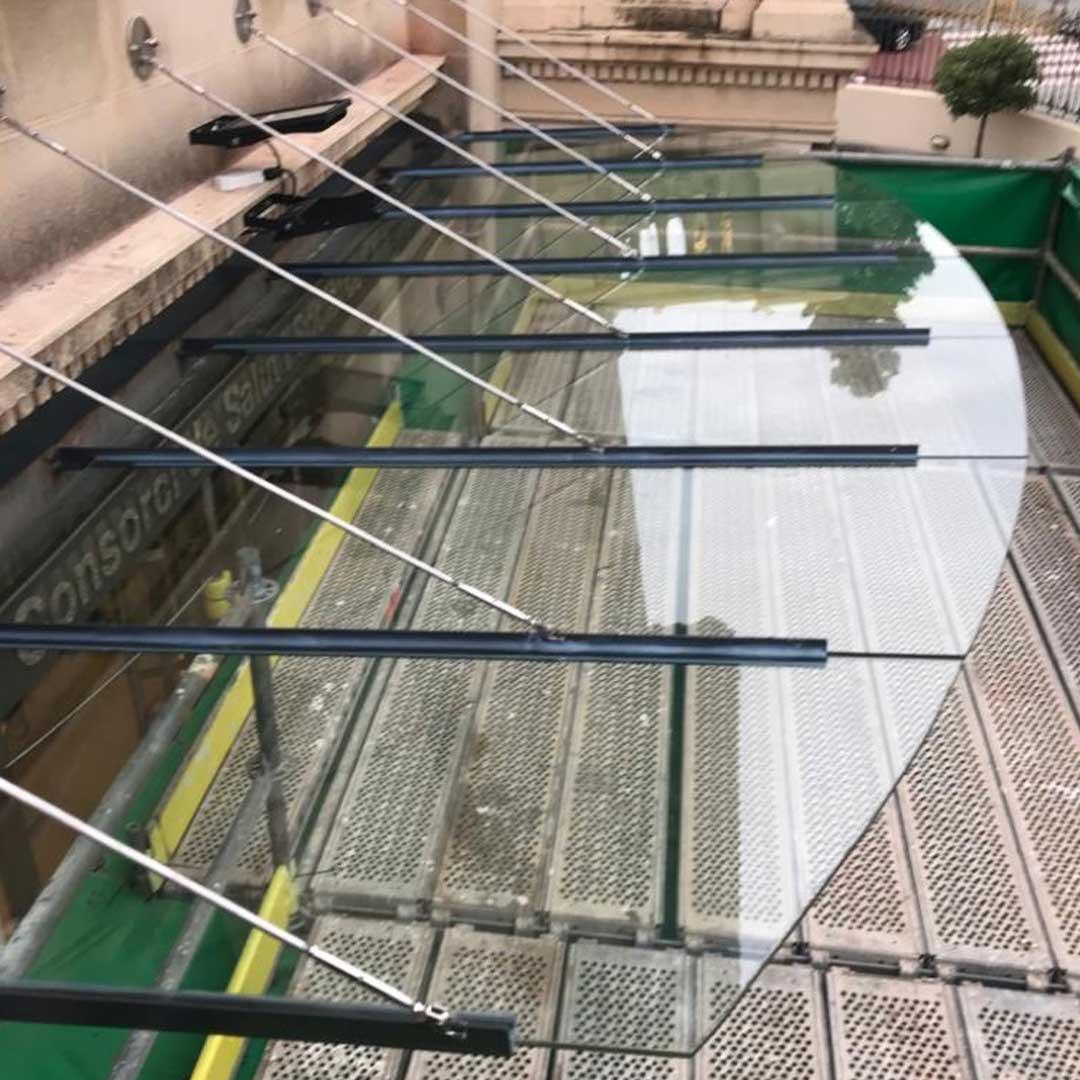 Techo de cristal para entrada a edificio de Barcelona