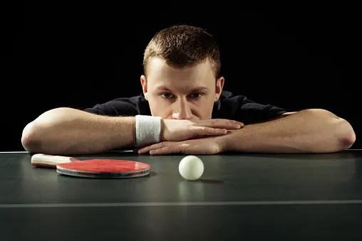 Jugador de tenis de mesa manteniendo un diálogo interno