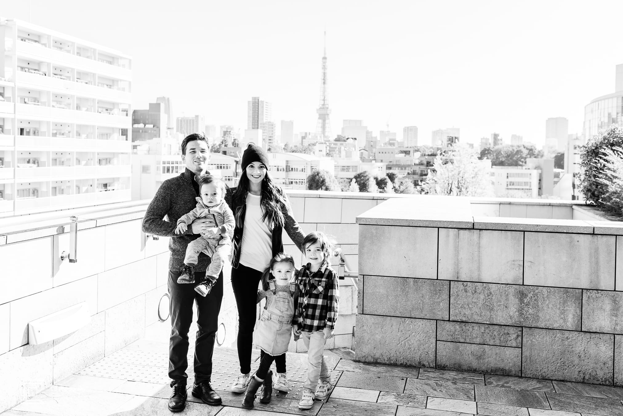 Portrait in black and white of a large family of 5 members in Roppongi Hills during a family shoot by the Tokyo family photographer Cristian Bucur