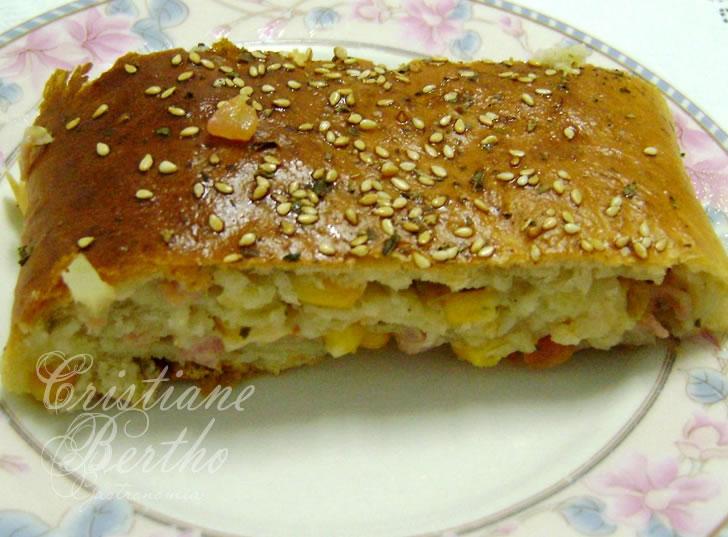 Receita de delicioso lanche de pão enrolado como pizza