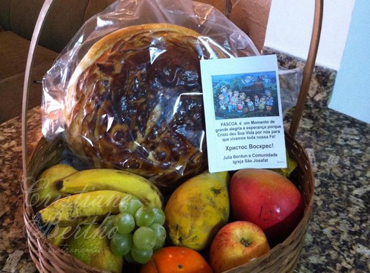 Cesta de frutas e pão Paska celebração da Páscoa ucraniana