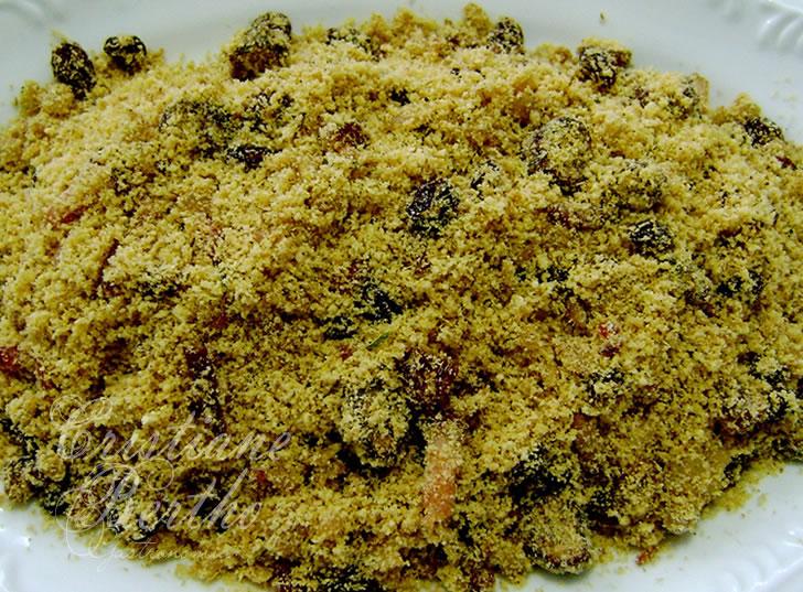 receita de farofa feita com farinha de mandioca, bacon e uva passa