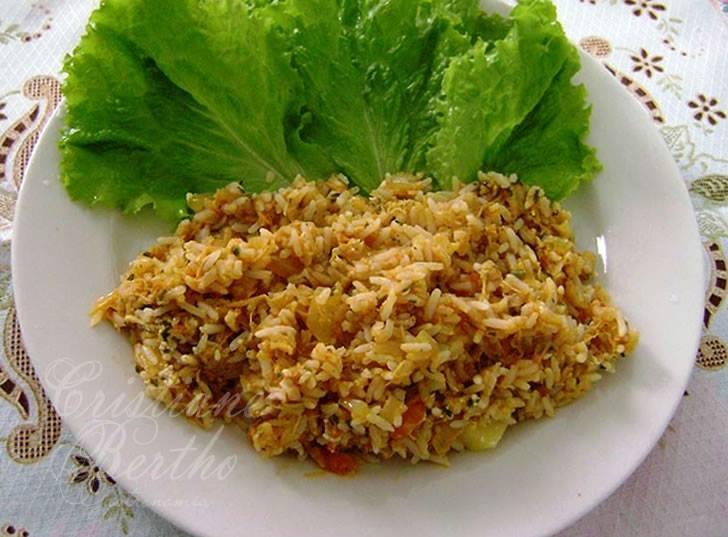 receita de arroz preparado com frango desfiado, queijo e açafrão