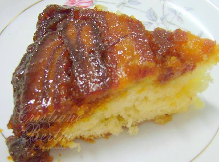 receita de bolo preparado com banana caramelizada