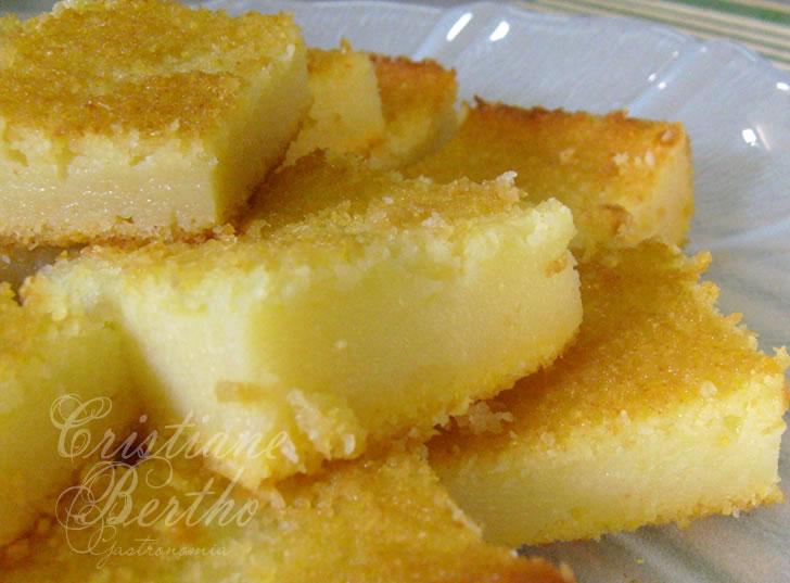 Receita de queijada de coco caramelizado preparada no tabuleiro
