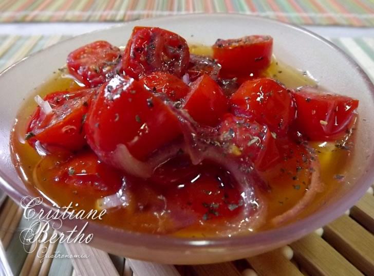 Receita de tomate cereja preparado com ervas e azeite aquecido.