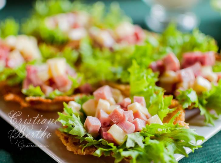 receita de Cestinhas de Parmesão servida com salada de frios