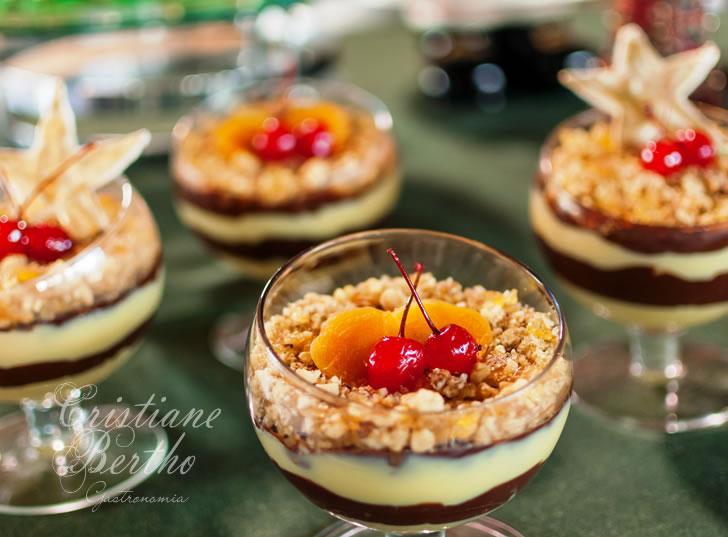 Receita de sobremesa brigadeirão preparada com creme de chocolates, nozes caramelizadas e frutas.