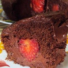 Bolo cavado de chocolate e morango