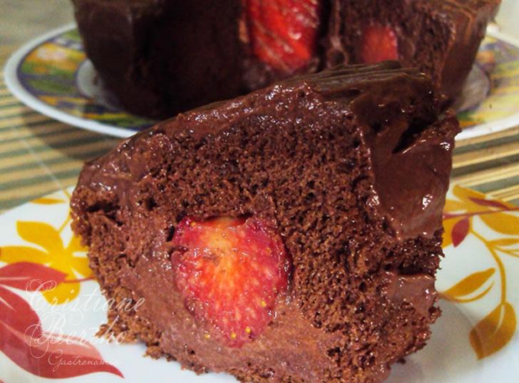 Receita de bolo cavado de chocolate recheado com morangos, mousse de chocolate e coberto com ganache