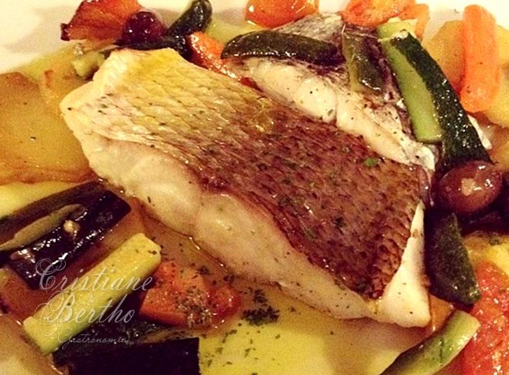 receita de lombo de peixe preparado ao forno com legumes