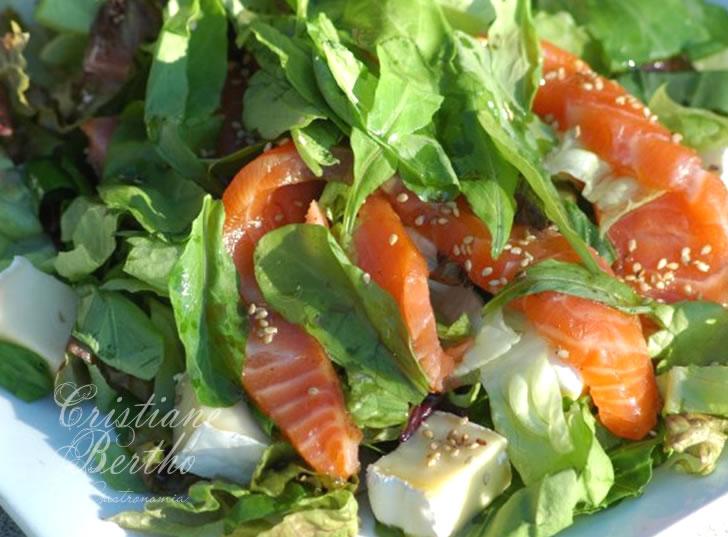 Receita de salada de salmão defumado com folhas