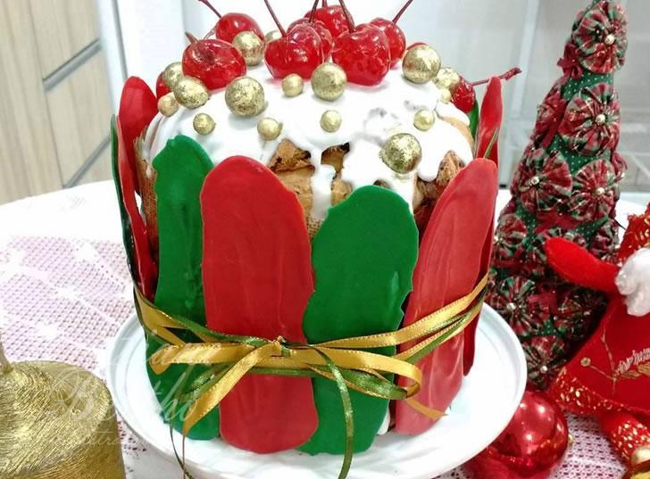 Receita de panetone decorado com chocolate temperado e colorido