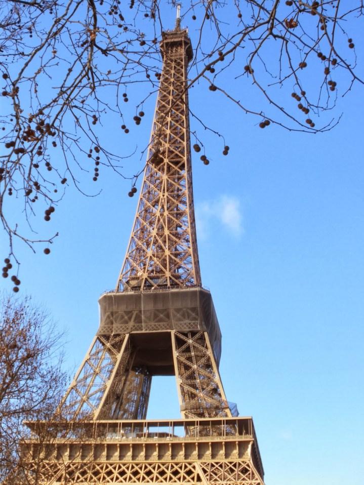 A Torre Eiffel foi construída por Gustave Eiffel em 1889. Com os seus 334 metros de altura, a torre levou dois anos para ser concluída e foi inaugurada pelo Príncipe de Gales, o Rei Eduardo VII do Reino Unido.