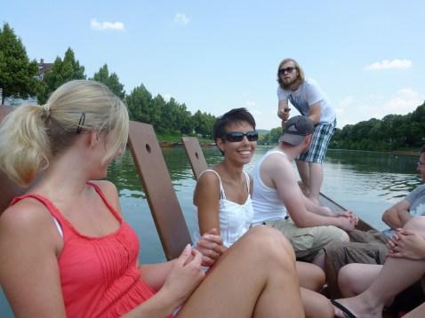 Um passeio de barco de madeira na cidade de Tuebingen, na Alemanha.