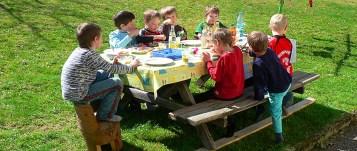 Festa de aniversário infantil na floresta Alemanha.