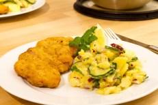salada de batatas com carne de porco a milanesa.