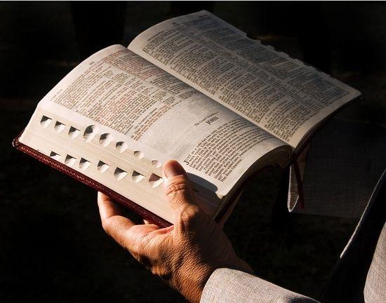 Nueva traducción de la Biblia Sustituye a 'Cristo', 'Angel' y 'apóstol'