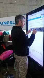 Nuestro amigo Steve de Seo Solution Chile comprando a través de nuestra pantalla en ChileDigital .