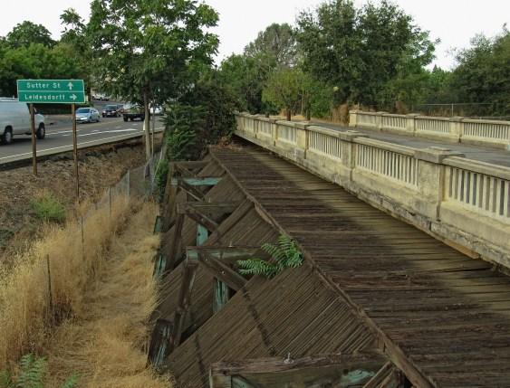 Debris screen between canal and forebay