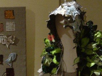 """Vestimenta, installazione: """"La pupa di legno"""", dettaglio"""