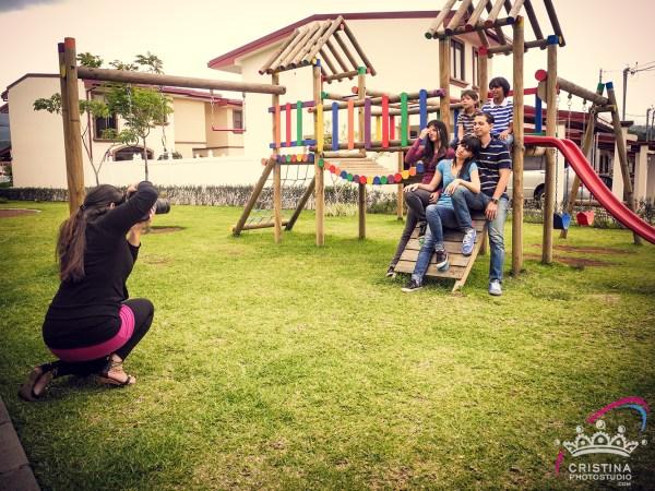 cristinaarce_cristinaphotostudio_behind_scenes_family_portrait_outdoors_cristina01