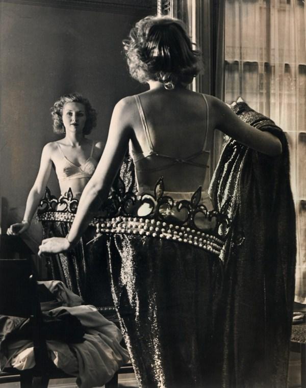 cristinaarce_periodismo_grafico_fotografico_brassai_women_dressing_paris