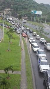 Lacaravana se desarrolló en la hora pico cuando el tráfico vehicular es terrible en la capital hondureña.