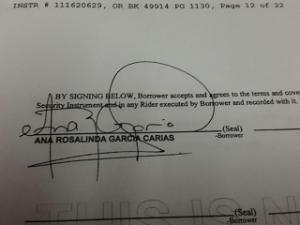 Esta es la firma en el documento de compra-venta de la casita en La Florida.