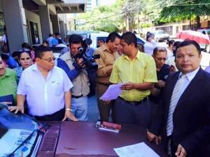 Los trabajadores llegaron al Ministerio Público en compañía de una comisión de diputados de Libre.