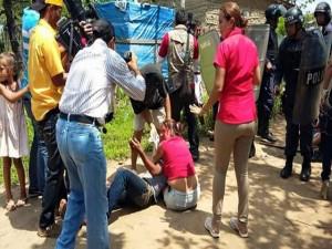 Esta mujer llora desesperada al ver golpeado a su hija, Luego es víctimas de los ataques de la policía el pasado miercoles 30 de septiembre.