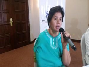 Dunia Montoya con su brazo vendado y su clavícula dislocada cuando hablaba con la prensa en Tegicugalpa.